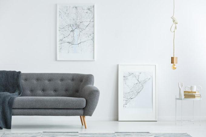 グレーのソファのある部屋の写真