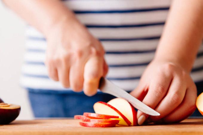 りんごをナイフでカットしている写真