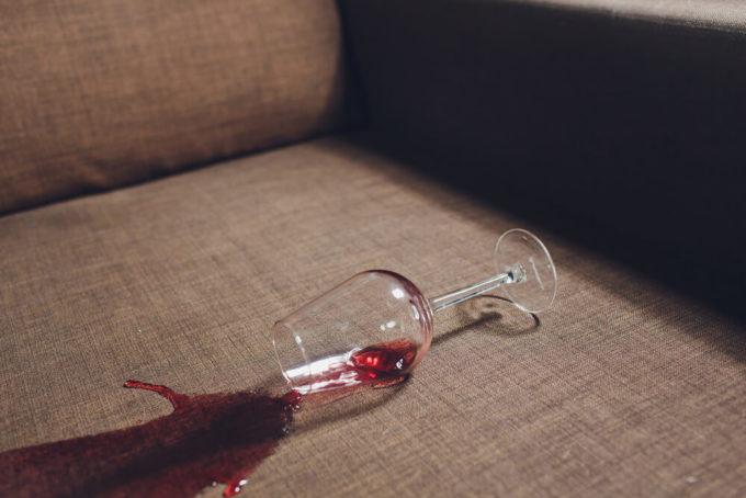 ワインをソファにこぼした写真
