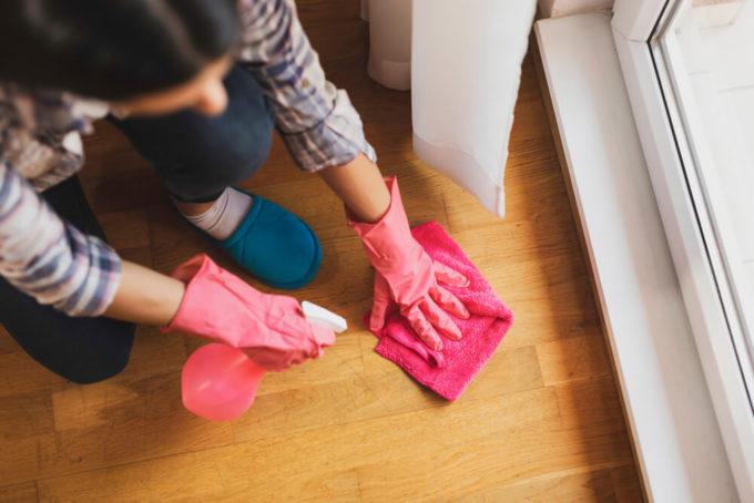 雑巾でフローリング掃除しているところ