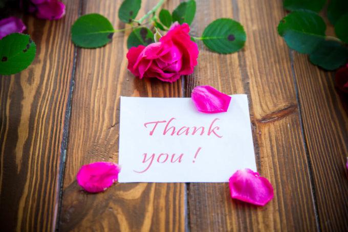 感謝や尊敬の花言葉を持つ「ピンクのバラ」とありがとうのメッセージカード