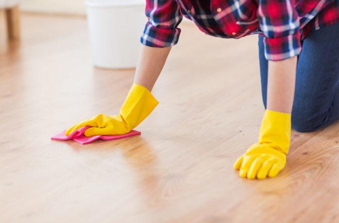 ゴム手袋をはめてフローリング掃除