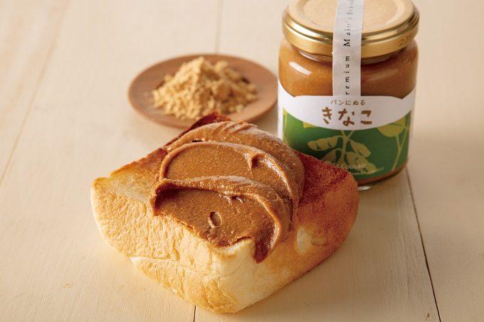 きなこペーストの商品とパンに塗ったところの写真