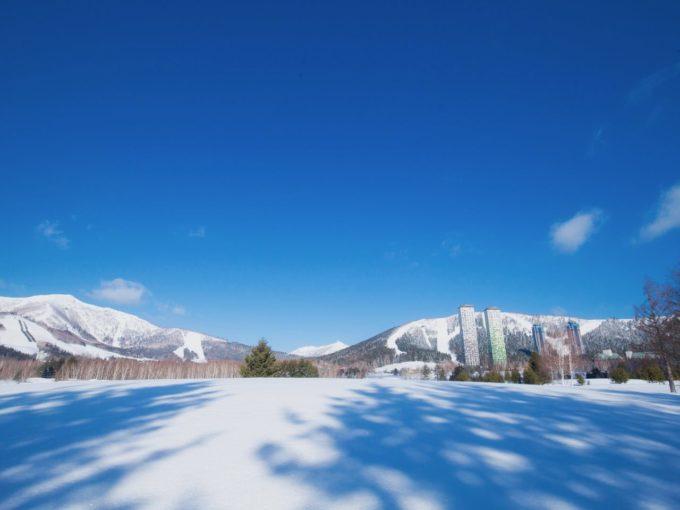 霧氷に浮かんでいるような感覚!星野リゾート トマムの「霧氷テラス」で雪山の絶景を独り占め