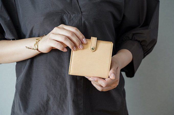 「UNROOF JAPAN」の財布を手に持っている写真