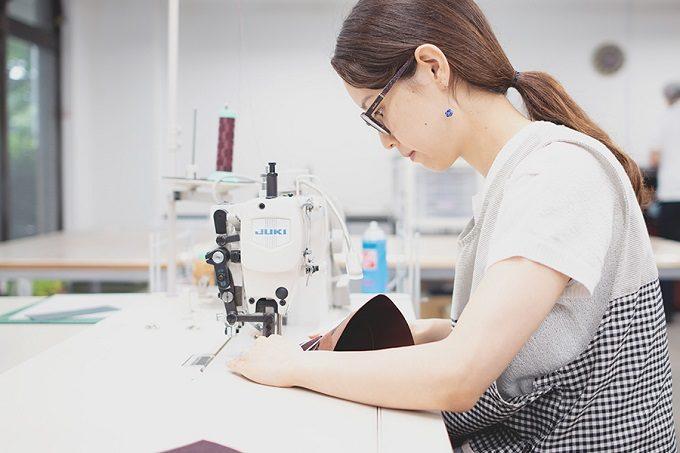 UNROOF JAPANの製品を作っている写真
