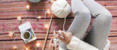 編み物をする女性と毛糸の写真