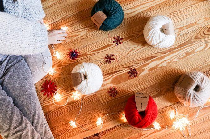 床に置かれた様々な色の毛糸の写真