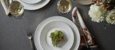 おもてなしにぴったり。レース模様がエレガントな「Wedgwood」の白い洋食器