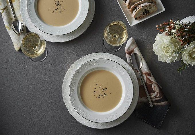 スープが盛り付けられたWedgwoodの器の写真