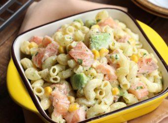大人も子どもも喜ぶ。彩り豊かな「アボカドとサーモンのマカロニサラダ」のレシピ