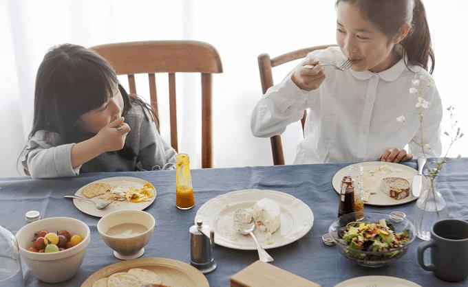 「913(ヌフ アン トロワ)」のクレメダンジュが並ぶテーブルと子供たち