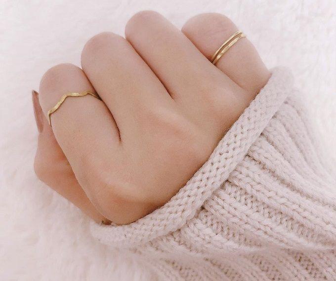 シンプルで華奢なデザイン。指を美しく見せてくれる「fing」のリング