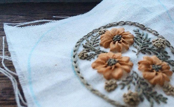 繊細さとシックなカラーが大人な表情。maki makiさんの刺繍ブローチ