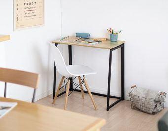 折りたたんで収納すれば部屋が広々。スマートなデザインがおしゃれなデスク&シェルフ