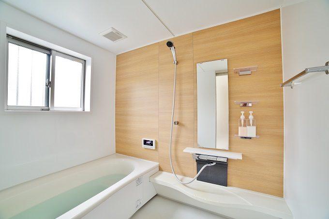 宿泊客のためにお風呂をきれいに掃除
