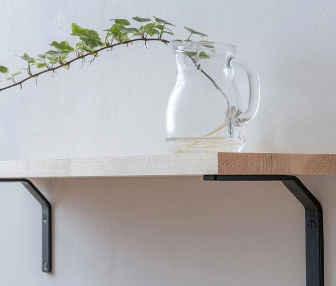 「POSH LIVING(ポッシュリビング)」の棚の上に乗ったガラス容器と植物