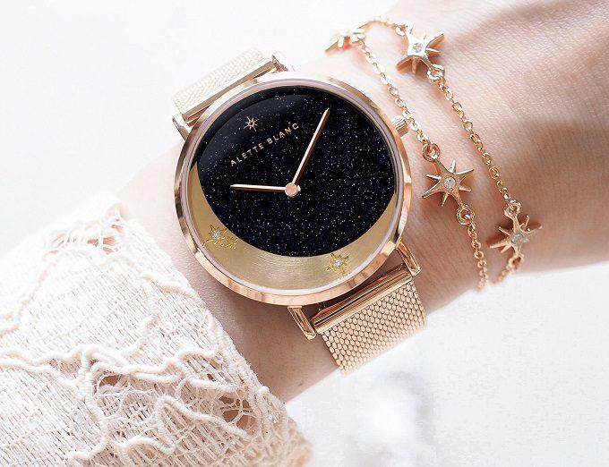 ストーンや月・星のモチーフが輝く「ALETTE BLANC」の腕時計を腕にはめたところ1