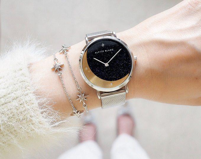 ストーンや月・星のモチーフが輝く「ALETTE BLANC」の腕時計を腕にはめたところ2