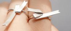 「ambiek(アンビエク)」のTape ringをつけた指