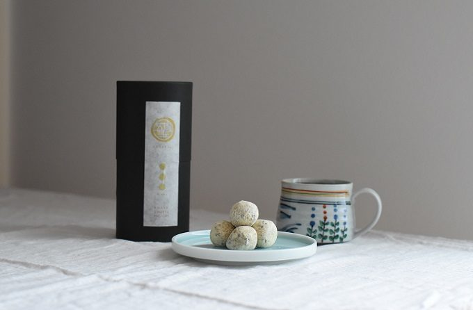 人気の銘菓を現代風にアレンジ。きな粉の生地がチョコレートを包む「五家玉 GOKABALL」