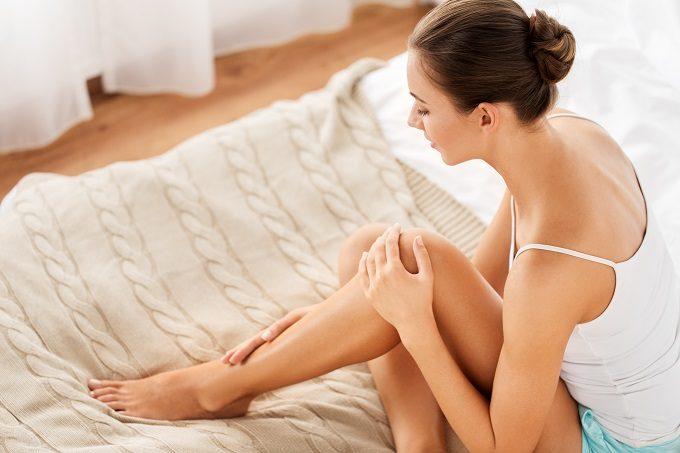 冷たい太もも・お腹を温めて痩せるダイエット方法。冷たい太ももを温めて冷えを改善してる女性