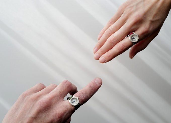 大切な人と同じ時を歩んでいる証に。指時計「moco」のペアリングウォッチ