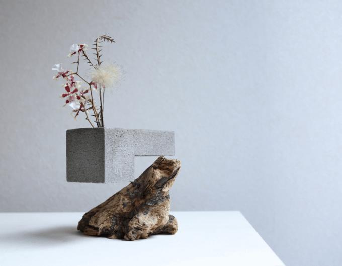 「HITORI7(ヒトリナナ)」の流木とセメントの花器