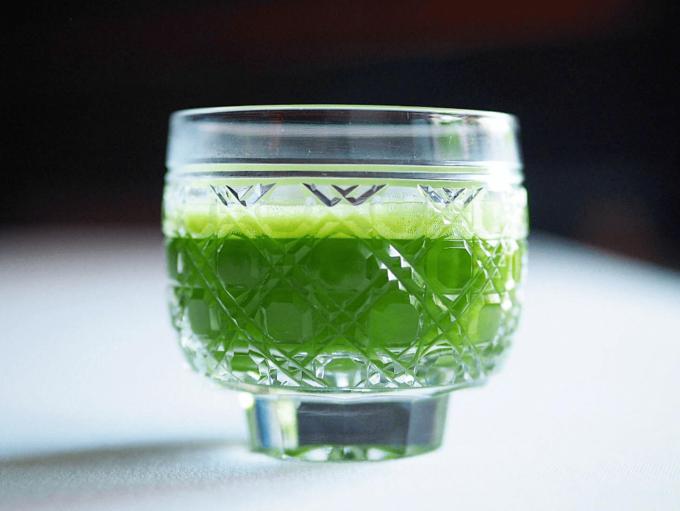 「IPPUKU&MATCHA」の抹茶が入った江戸切子のグラス