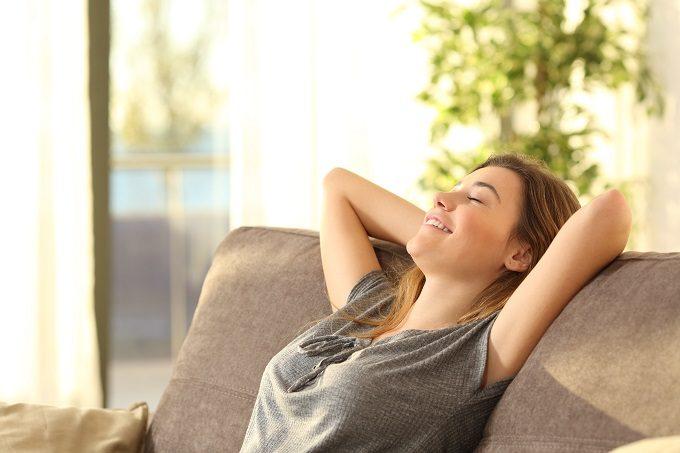 ソファに座りくつろぐ女性