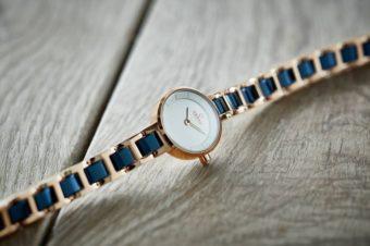 シンプルすぎず、派手すぎずがちょうどいい。品のあるブレスレットのような腕時計「OBAKU」