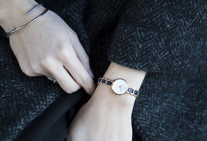 華やかかつ上品な「OBAKU(オバク)」の腕時計をした女性の手元