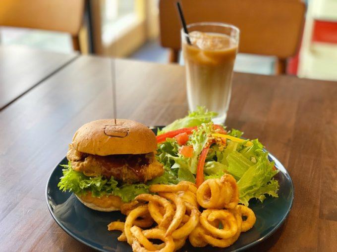 ランチの大切さを忘れていませんか?心も体も元気になる「アンマール」のチキンバーガー