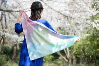 華やかに、しなやかに。和紙をまとう「紙と青」の心躍るスカーフ