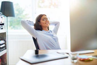 テレワークのすきま時間に。椅子に座ったまま行える「くびれ作りストレッチ」3選
