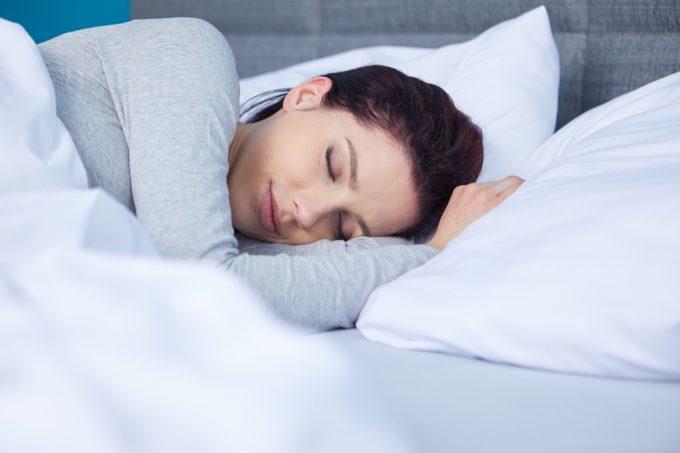短い睡眠時間でも体の調子は整えられる。内科医の先生に聞く、睡眠の質を上げる12のコツ