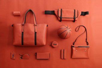 球技が好きな人にはたまらない手触り。ボールの素材をそのまま使用したバッグや小物に注目