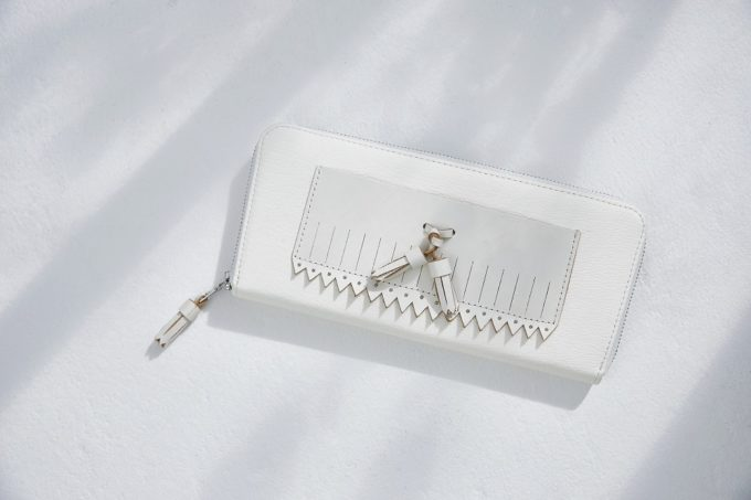白さを保ちながら、風合いは増していく。純白にこだわった「GLENROYAL」の革バッグ&小物