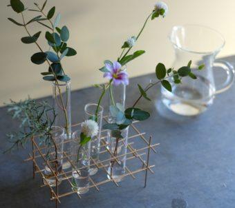 春の部屋に彩りを添えよう。植物をより印象的に飾れるガラスチューブ×金属のフラワーベース