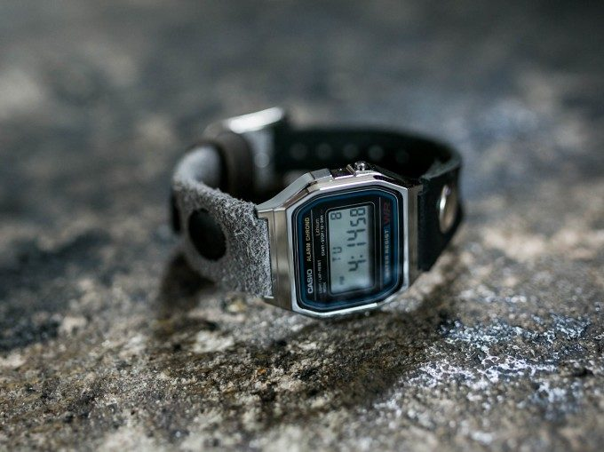 柔らかい質感とヴィンテージ感が魅力。「チープカシオ×レザー」大人仕様のカジュアル腕時計