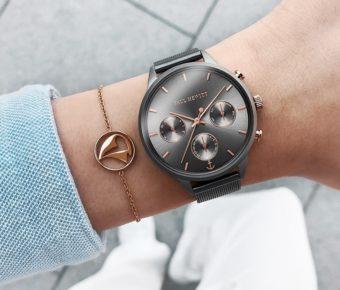 シンプルでいて個性的。他にはない独自のカラーとクロノグラフが存在感を放つ腕時計