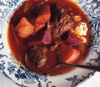 いつもより少し手の込んだ料理を。じっくり煮込んで作る本格的「ボルシチ」レシピ