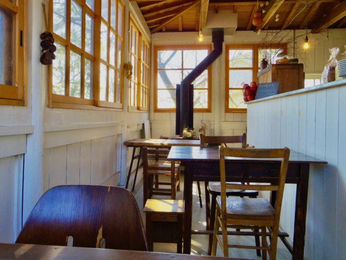 四国の山あいに小さくて居心地の良い空間。お寺の境内にひっそりと佇む喫茶店「ろうそく夜」