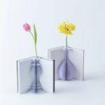 本を開くと、美しい花瓶が現れる。紙でできた不思議な一...