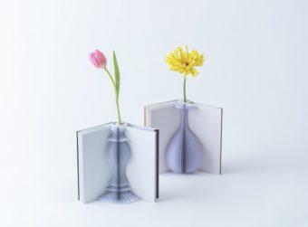 本を開くと、美しい花瓶が現れる。紙でできた不思議な一輪挿し「Flowery Tale」