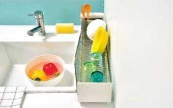 たてよこウェーブのワイヤーでお皿が倒れない。「UtaU」のスリムな水切りかご