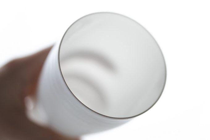 水や氷の影が美しく透ける。卵の殻のように薄くソフトな質感のグラス「エッグシェル」