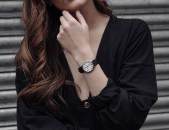 オンオフを問わない存在感と上品さ。「DUFA」の32mmサイズの腕時計