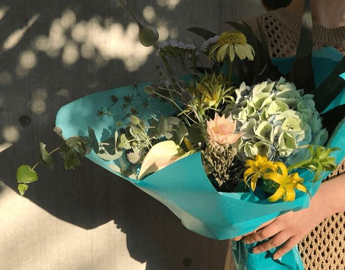 使っているのは本物のお花。装いにさりげなく華やかさを添える「gui」のフラワーバッグ