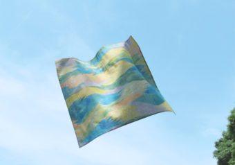 空気のように寄り添うハンカチ。海や山の光景を表現した「kuuki」の柔らかなテキスタイル